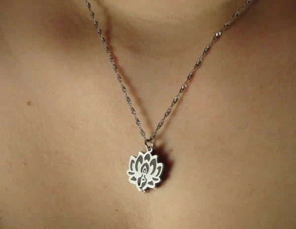 bijou fleur de lotus portée